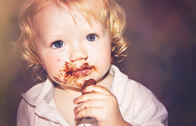 dítě upatlané od čokolády