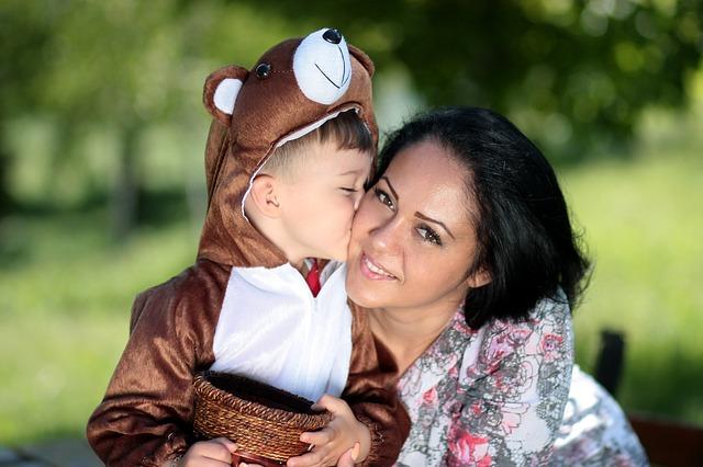 dítě v převleku s maminkou