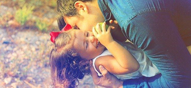 otec se šťastnou dcerou