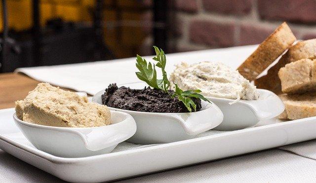 olivové pasty a pečivo