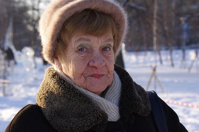 babička s čepicí