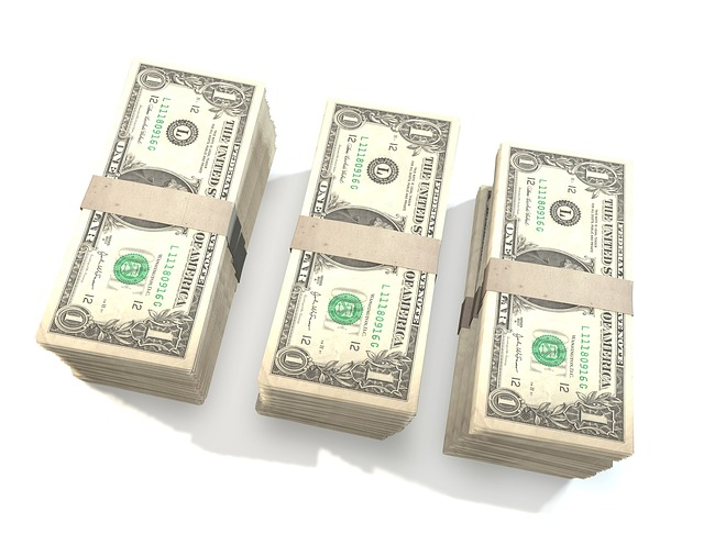 hromádky dolarů