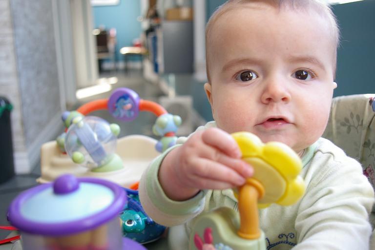 dítě s hračkou
