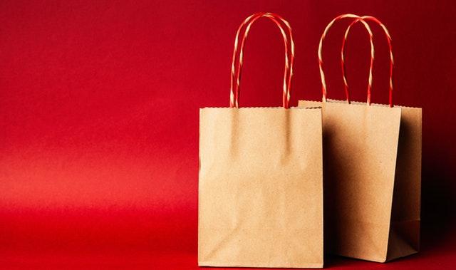 dvě papírové tašky, červené pozadí