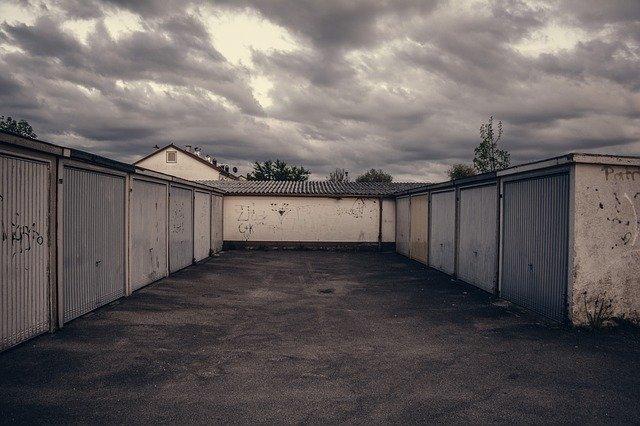 Staré řadové garáže