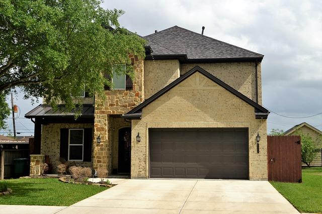 Rodinný dům s velkými garážovými vraty
